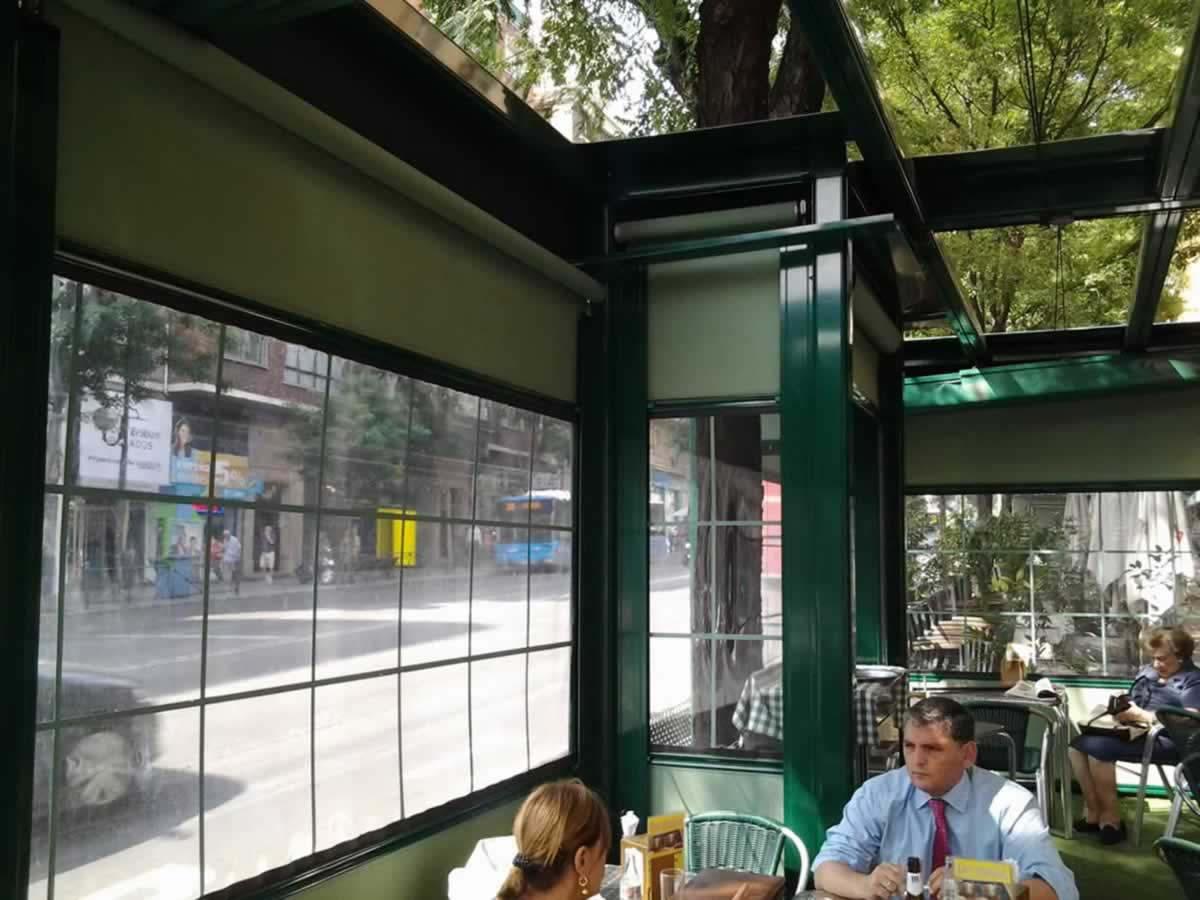 Obra realizada en terraza de cafetería, con pérgola y cortavientos, así como cajeo de protección para arbol