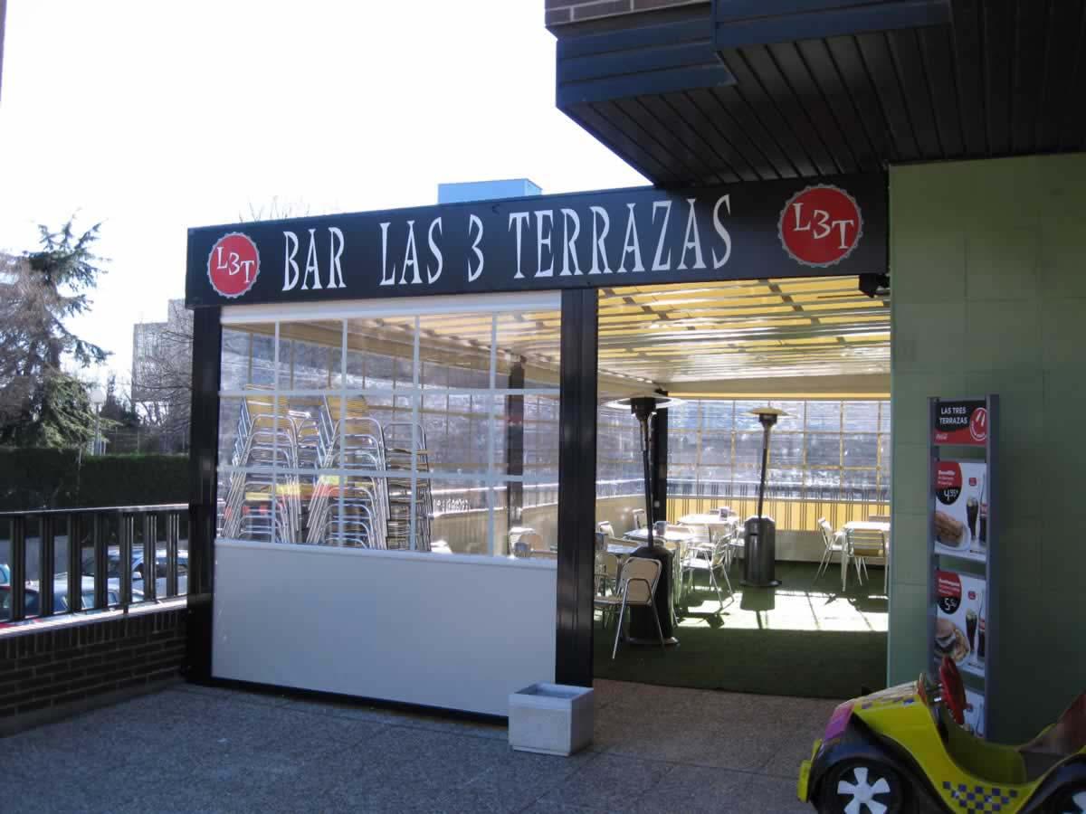 Obra realizada en terraza de cafetería, con pérgola y cortavientos con efecto ventana