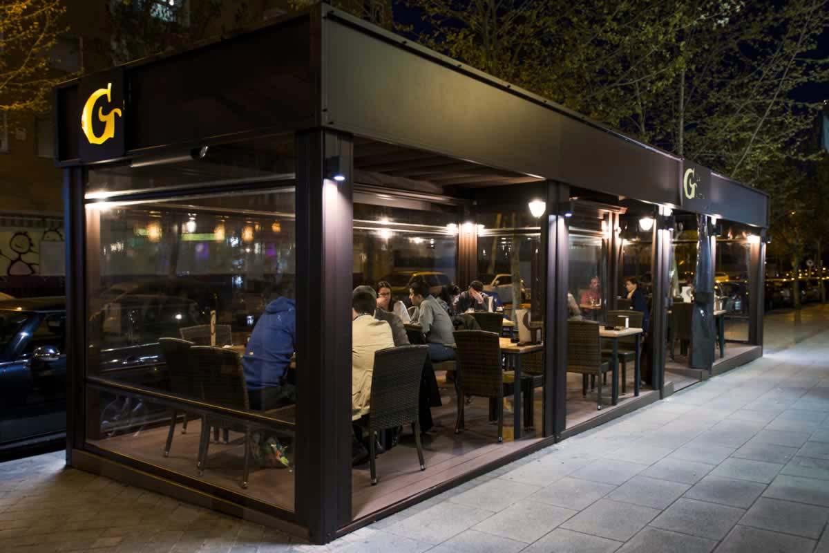 Obra realizada en terraza de cafetería, con pérgola y cortavientos transparente, iluminación y calefacción.