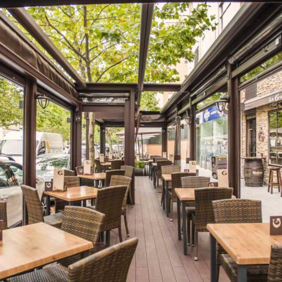 Obra realizada en terraza de cafetería, con pérgola y cortavientos estructura