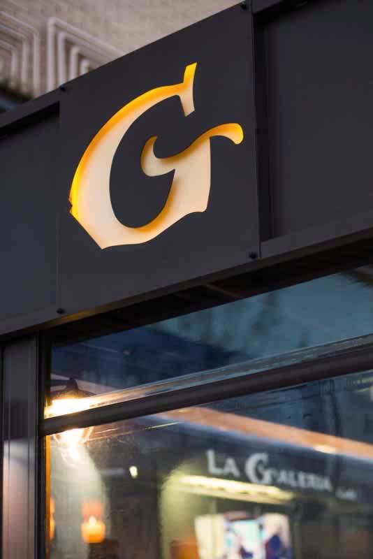 Obra realizada en terraza de cafetería, con pérgola y cortavientos transparente.