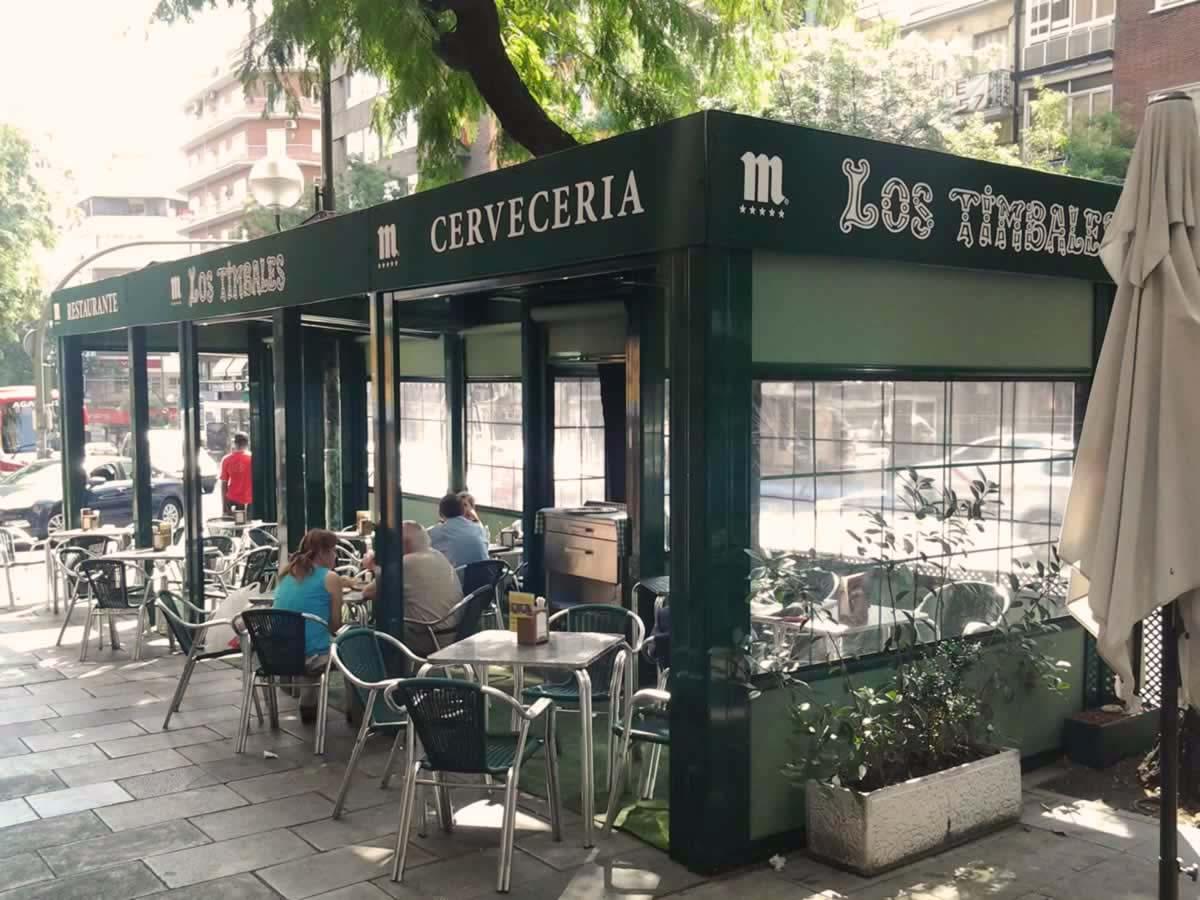 Obra realizada en terraza de restaurante, con pérgola y cortavientos.
