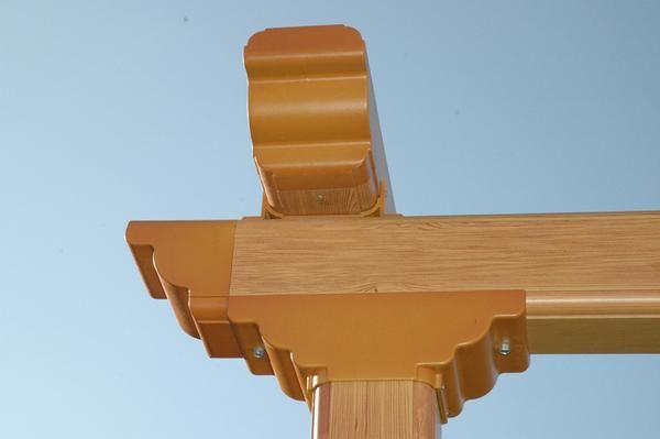 Detalle de estructura en lacado imitación a madera con capitel y pecho de paloma